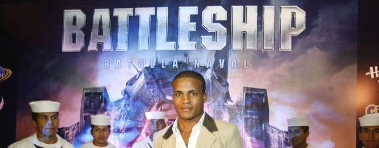 """El boxeador David """"La Pantera"""" Zegarra en el Avant Premiere de """"Battleship""""."""