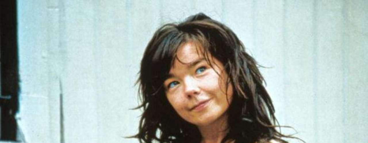 """""""Bailar en la oscuridad"""" (2000). Dirigida por Lars Von Trier y con la actuación estelar de la cantante islandesa Björk, cuenta la trágica historia de una mujer que emigra a los Estados Unidos con su hijo y son atacados, más que por las malas personas, por una enfermedad degenerativa de la que se intentan curar."""