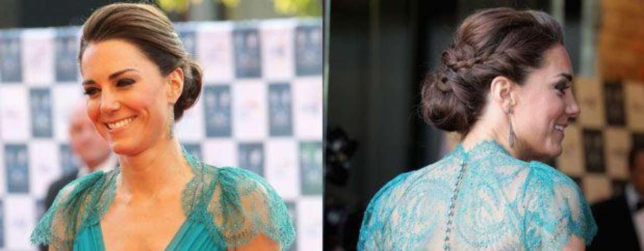 Kate Middleton fue una vez más blanco de muchos destellos por su estilo y elegancia. La duquesa de Cambridge atrajo toda la atención en el Royal Albert Hall, en Londres, para la cena de gala de los Juegos Olímpicos, según informó el periódico británico The Daily Mail.