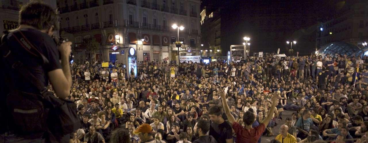 Los indignados, que protestan contra la profunda crisis económica y sus responsables, continuaron el domingo con las celebraciones de su primer aniversario, protagonizando una sentada en la Puerta del Sol por la detención de 18 personas durante el desalojo producido de madrugada.