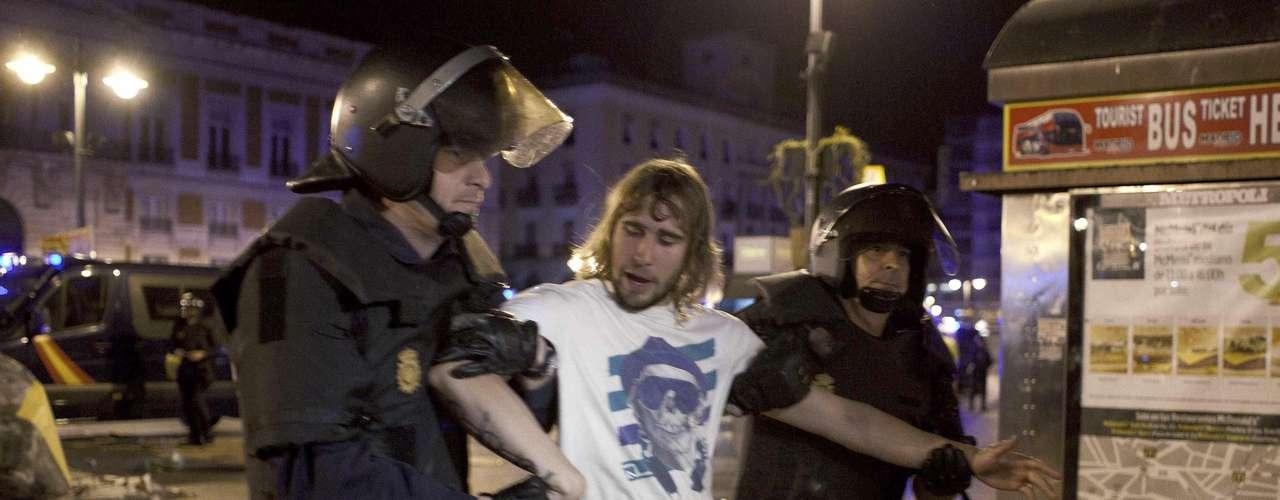 Con el lema 'Toma la calle', los activistas, jóvenes movilizados a través de las redes sociales en su mayoría, se concentraron en 80 ciudades españolas y, en Madrid, volvieron a ocupar la Puerta del Sol, la plaza del centro de la capital española donde nació el movimiento, el 15 de mayo de 2011.