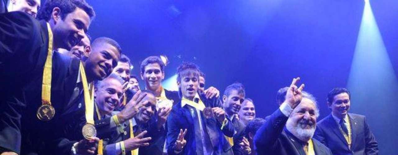 Con el presidente Luis Alvaro De Oliveira Ribeiro, el Santos recibe el premio por titularse campeón del Paulista 2012