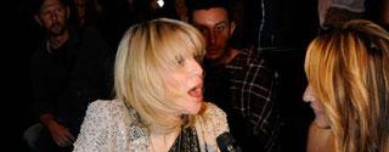 Courtney Love dejó al descubierto su ropa interior en pleno desfile.