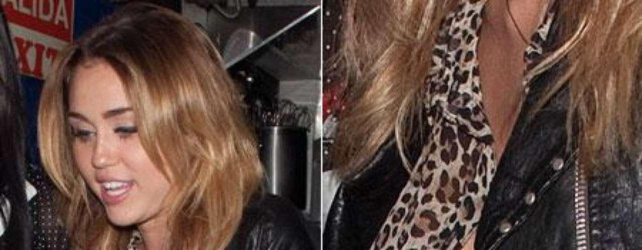 A Miley Cyrus se le movió demasiado la camisa de print de leopardo .... y se le vió todo