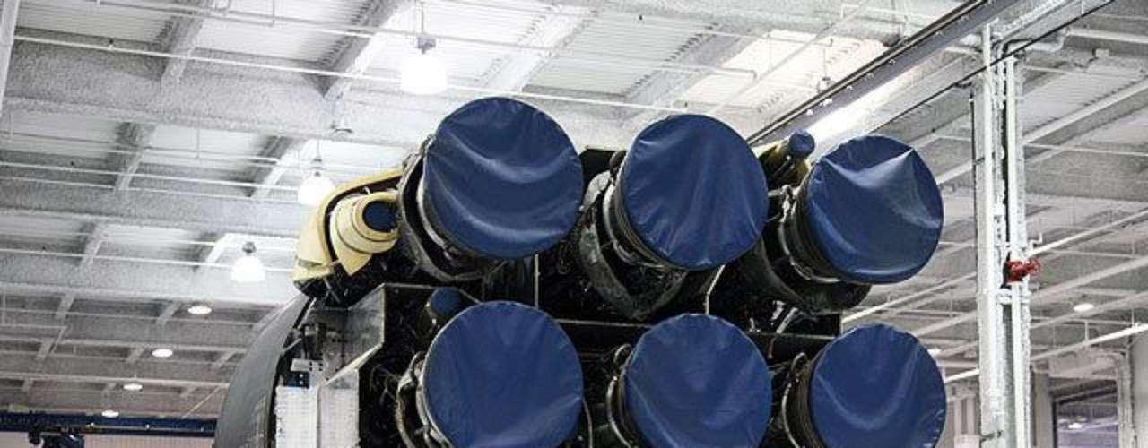 Dragon, que es capaz de transportar hasta seis toneladas a la ISS, cuenta con la ventaja de que puede devolver a la Tierra hasta tres toneladas, lo que abarata el coste, puesto que es reutilizable.