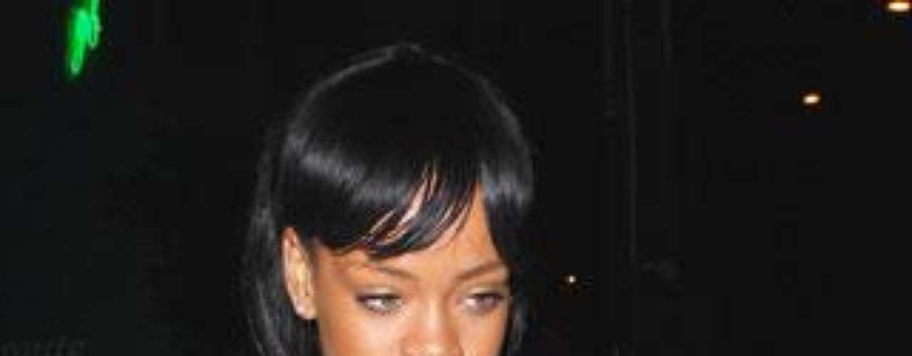 Rihanna vuelve a dar que hablar con su último modelito de crochet.