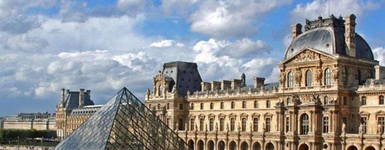 Museo del Louvre (París, Francia). Sin duda, el museo más famoso del mundo. Dos de sus obras maestras son 'La Gioconda' de Leonardo da Vinci y la Venus de Milo. Cuenta con obras de arte anteriores al impresionismo, tanto en bellas artes como en arqueología y artes decorativas.