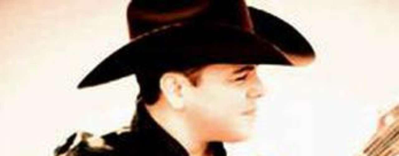 Daniel Sánchez abandona nuevamente las filas del grupo Intocable para perseguir el sueño de destacarse como solista, informó la página Regionalmex.com.