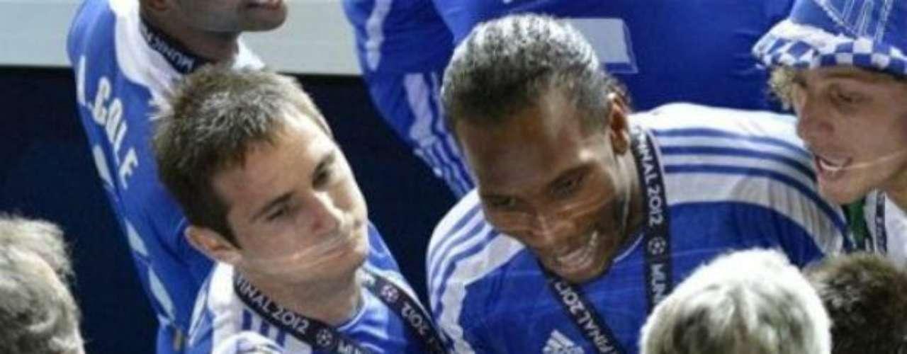 Después del triunfo en penales por 4-3, se dio paso a la celebración del Chelsea. Aquí Drogba junto con Lampard y algunos directivos de la UEFA.