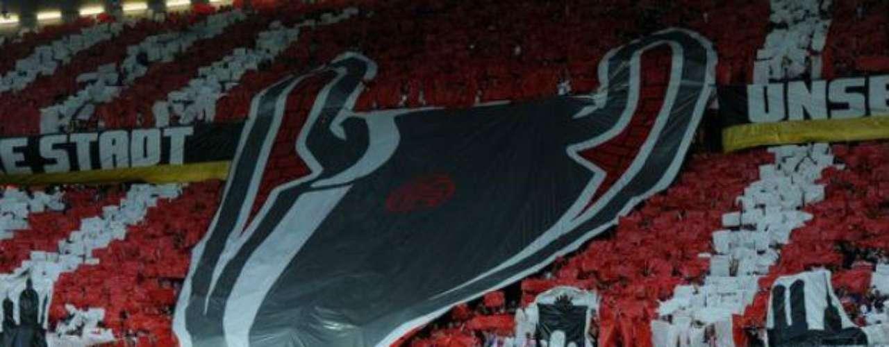 El Bayern Munich, que juega de local, recibió un gran apoyo de su hinchada ubicada en una cabecera del estadio.
