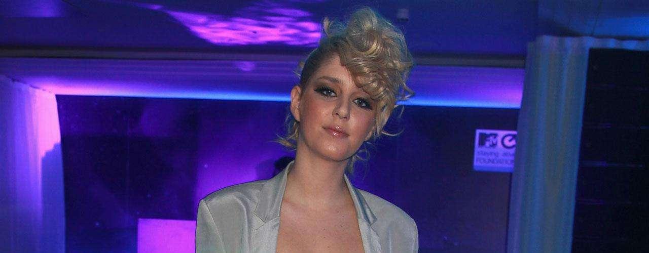 En 2006, Esmée Denters fue descubierta en YouTube. Luego del suceso, se convirtió en la primera cantante en firmar para la disquera Tennman Records, de Justin Bieber.