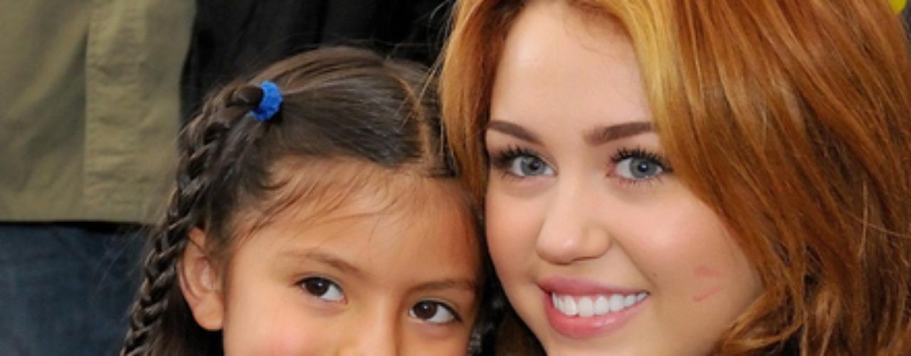 Miley se tatuó el símbolo de la paz, en la parte interior de su dedo corazón.
