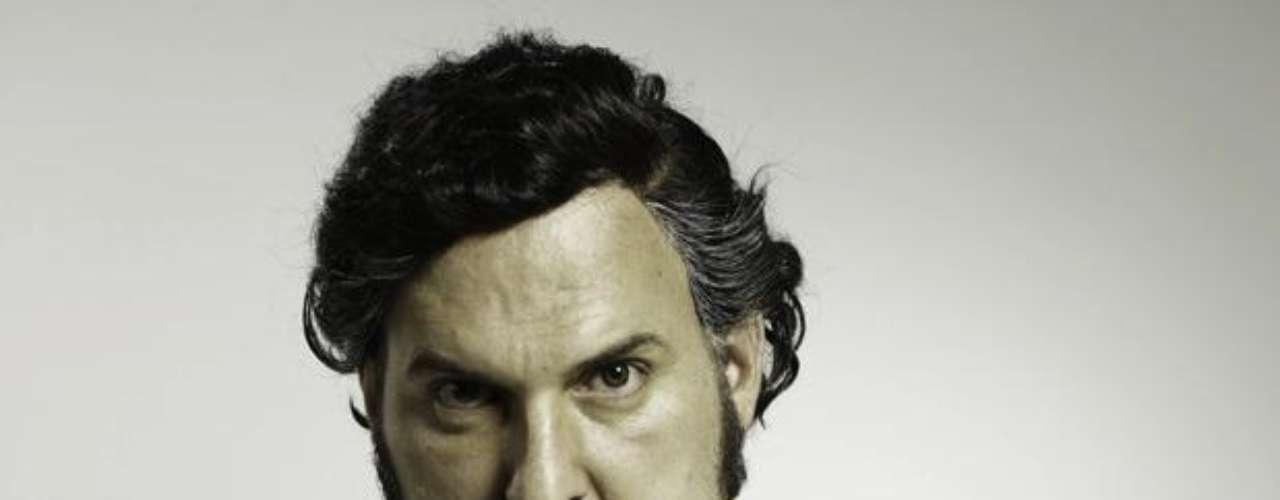 Andrés Parra es Pablo Escobar: Desde muy pequeño recibió los consejos de su madre, palabras que marcaron su vida  para siempre. Su ambición lo llevó hasta los límites más inesperados desde su juventud. Creó un imperio que traspasó fronteras y engañó incluso hasta a los más vivos.