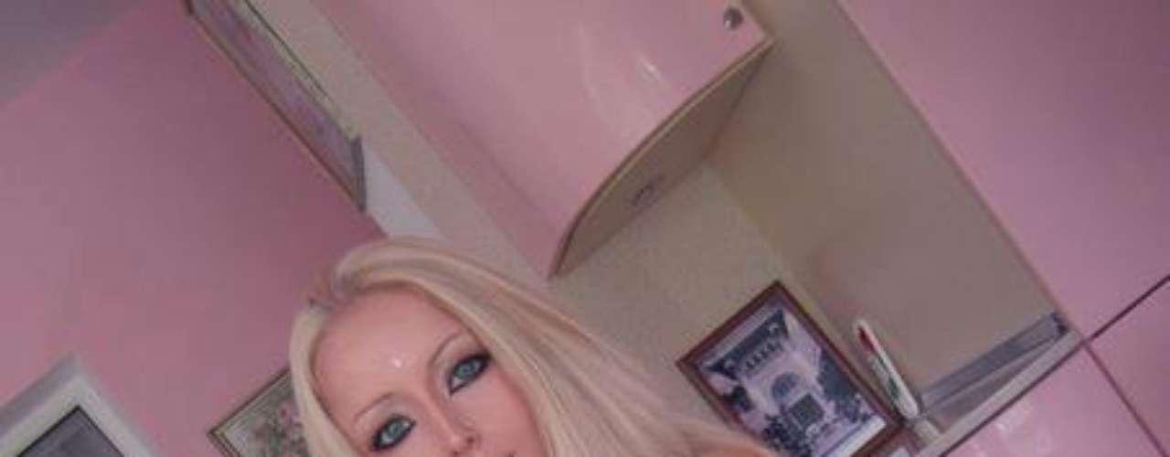 Valeria Lukyanova, más conocida como la Barbie humana, a sus 21 años llama la atención por su parecido con la legendaria muñeca.