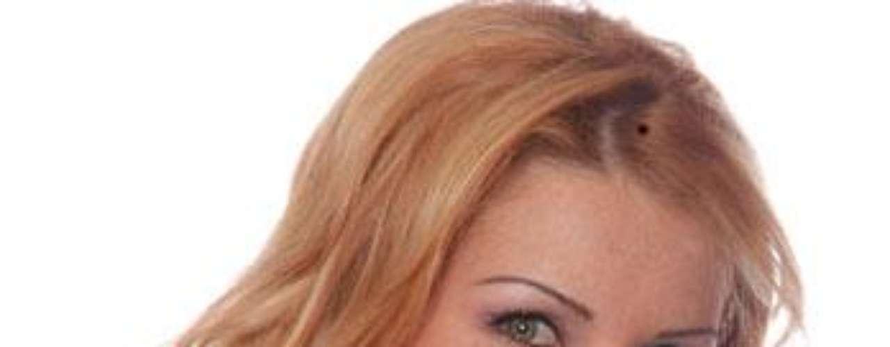 Alicia Villarreal ya no tiene planes de divorciarse. Al parecer la cantante pasó por alto el engaño de su marido, pues fueron captados muy cariñosos en la ciudad de Torreón, después de un concierto de la diva, según lo reseñó la página Labotana.com.