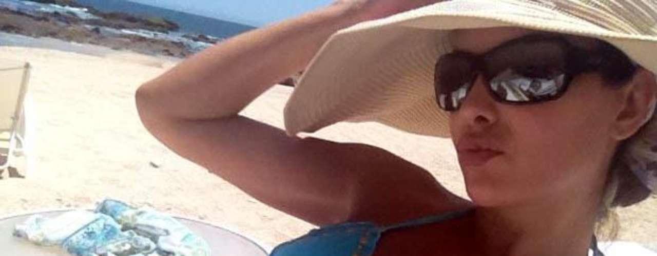 La cantante bota las presiones del trabajo gozando un día de playa.