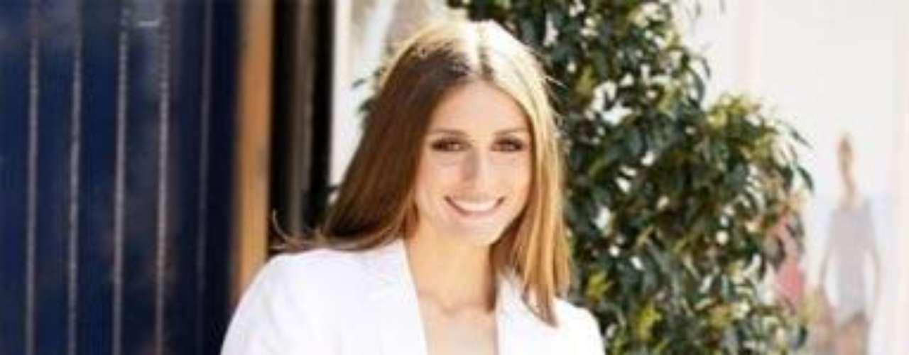 Olivia Palermo Dejamos a un lado la blazer ajustada para pasar a la 'oversize' como la que luce Olivia Palermo en blanco. La socialité se suele decantar por este color en las chaquetas, que en este caso aporta luz al look 'total black' de sus pantalones y top.