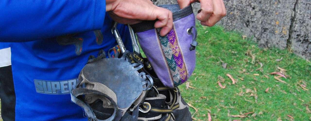 Este es todo el equipo que usa El Gato, como le gusta que lo llamen: una bolsa para el polvo con el que mantiene sus manos secas, los zapatos de escalada y esta suerte de guantes sin dedos para mejorar su agarre.