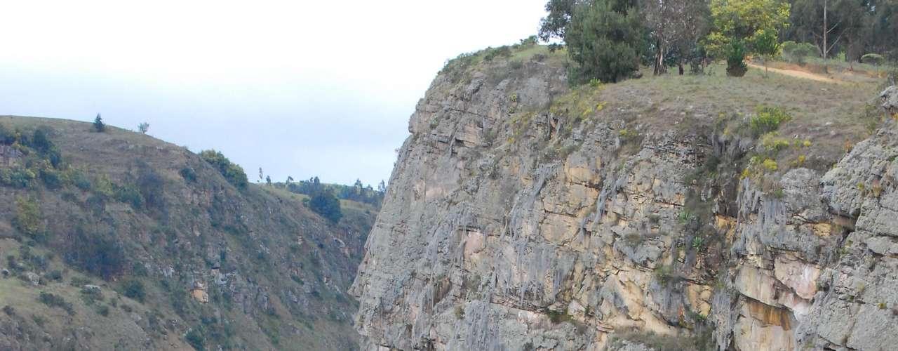 Aquí se puede dimensionar la roca a escalar. Tal vez no pocos escaladores se atreverían a hacerla, pero con cuerdas y cascos.
