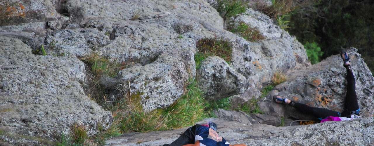 En esta imagen alcanzan a verse un par de escaladores que llevaban más de una hora subiendo la misma roca. El free solo garantiza, por lo menos, rapidez en el ascenso. En 4 minutos y 14 segundos Néstor completó el último tramo de ascenso, de 30 metros.