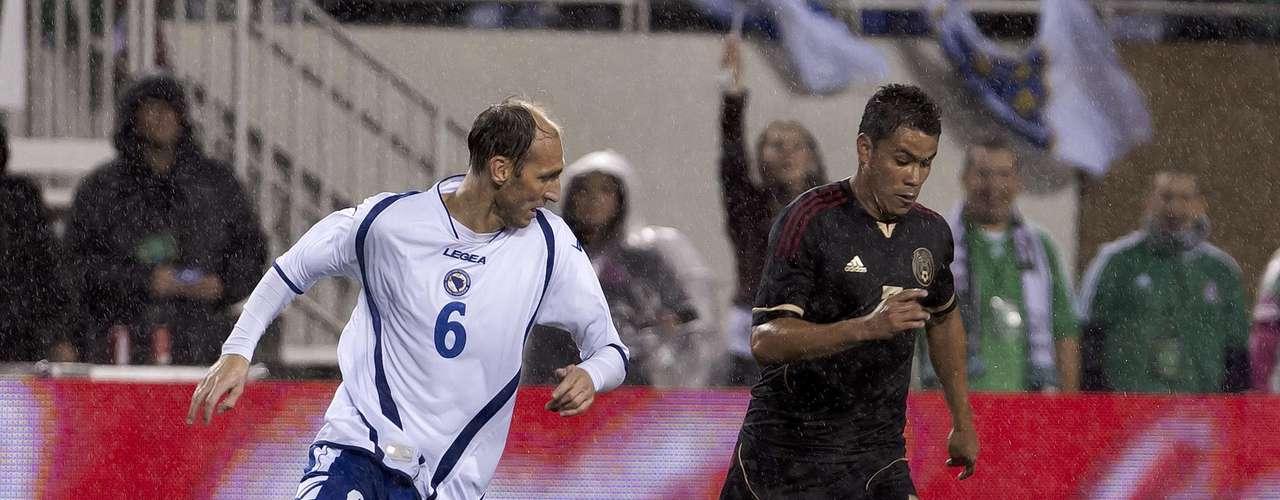 Pablo Barrera conduce el balón ante la marca del jugador de Bosnia.