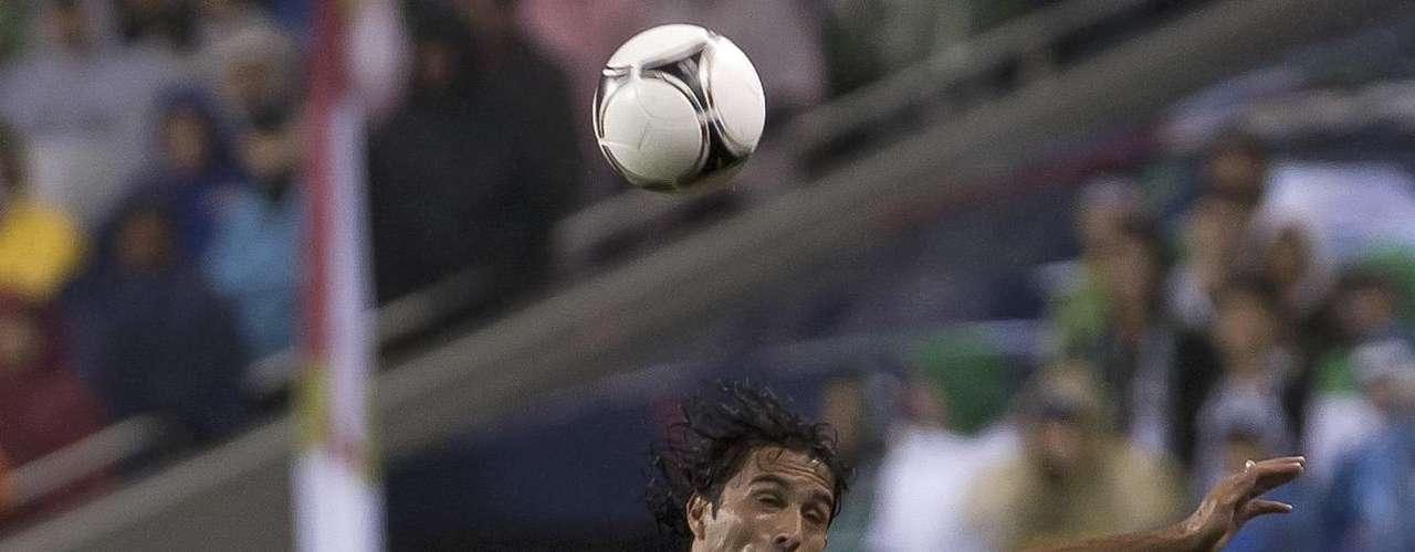 De Nigris, luchando un balón por todo lo alto.