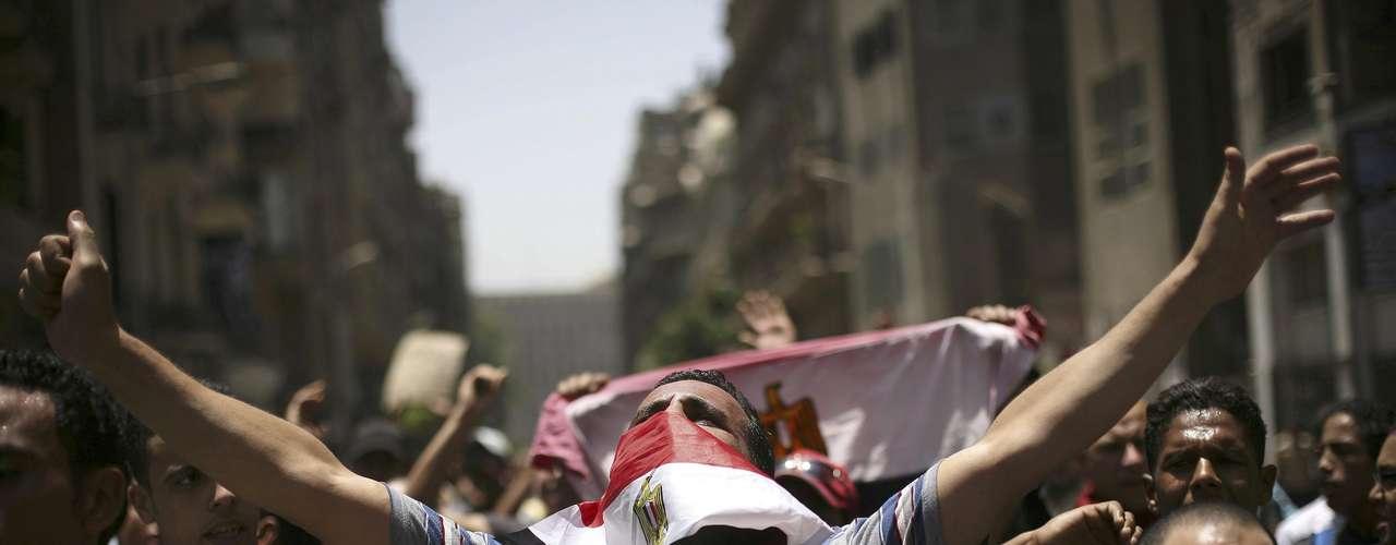 Centenares de detractores del expresidente Hosni Mubarak se enfrentaron a pedradas a la policía fuera de la sede del tribunal que este sábado condenó a cadena perpetua al ex jefe de Estado por la muerte de manifestantes durante la revolución.