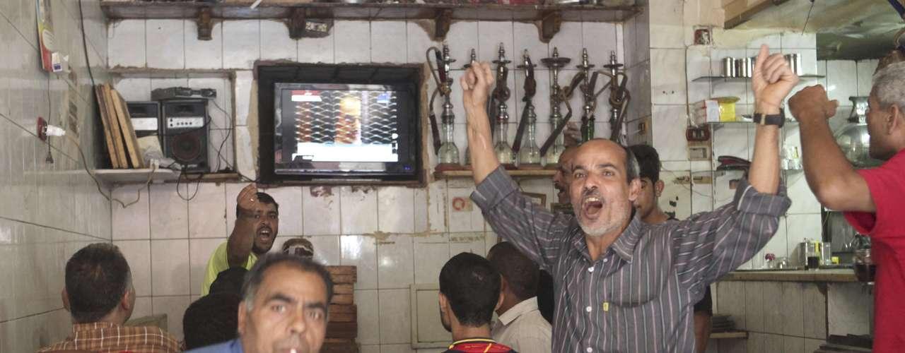 También fue condenado a cadena perpetua el exministro del Interior Habib al Ahli por el mismo cargo, mientras que seis de sus ayudantes, con igual acusación, fueron absueltos al no haber pruebas fehacientes de su implicación, según el tribunal.
