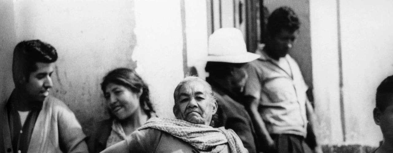 'La Celestina, Candelaria de los Patos'. Ciudad de México 1965.- Su trabajo lo llevó a documentar la pobreza de la ciudad, así como movimientos sociales de diversa índole, incluido el movimiento del 68. El movimiento cultural de México, a través de sus mayores intelectuales, también fue documentado por su lente.