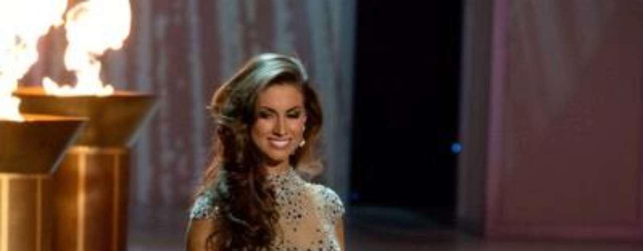 Miss Alabama, Katherine Webb, desfila en traje de noche. Es procendente de Phenix City y tiene 32 años de edad