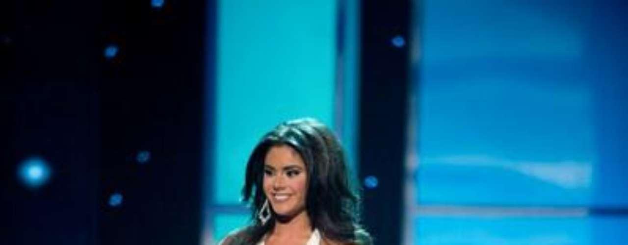Miss New Jersey,  Michelle Leonardo,  desfila en traje de noche para Miss USA 2012.