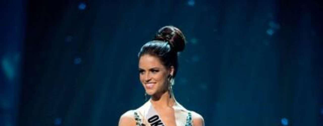 Miss Oklahoma Lauren Lundeen desfila en traje de gala. Es oriunda de Edmond y tiene 20 años de edad