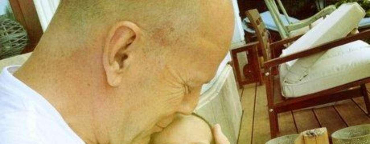 Bruce Willis muestra su costado tierno con su hija recién nacida.