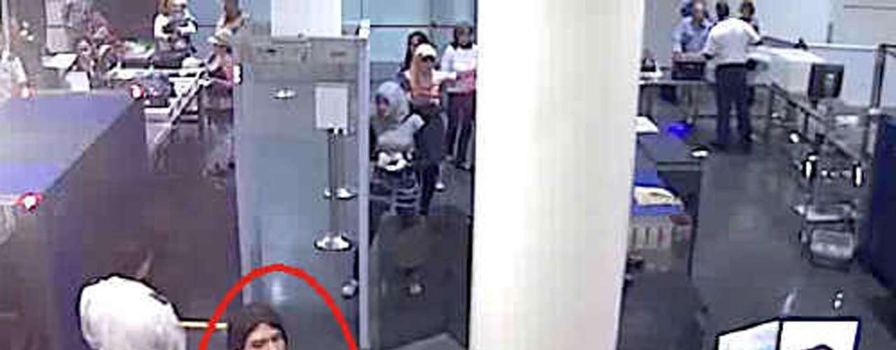 Las primeras pistas llevaron a los investigadores a creer que Magnotta estaba en París ya que obtuvieron imágenes de un puesto de control en uno de sus aeropuertos, donde se lo ve. También supieron de un hotel donde el presunto homicida habría pernoctado un par de noches. Pero cuando llegaron, no dieron con él.
