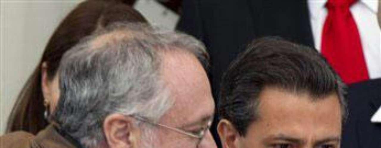 El candidato del opositor Partido Revolucionario Institucional (PRI), Enrique Peña Nieto, se ubica a la cabeza de las preferencias electorales. Pero en las últimas encuestas nacionales, el aspirante perredista Andrés Manuel López Obrador está por alcanzarlo.