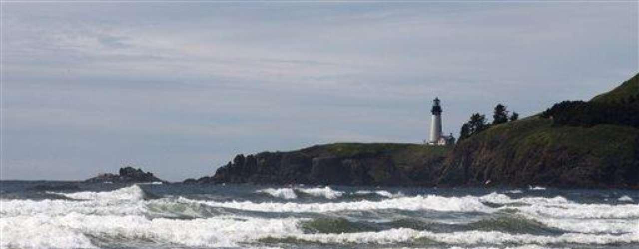 El muelle fue visto por primera vez flotando en alta mar el lunes, pero varias personas pensaron que se trataba de una barcaza. Llegó a tierra el martes temprano en Agate Beach, 1,6 km (una milla) al norte de Newport, sobre la costa central de Oregon.