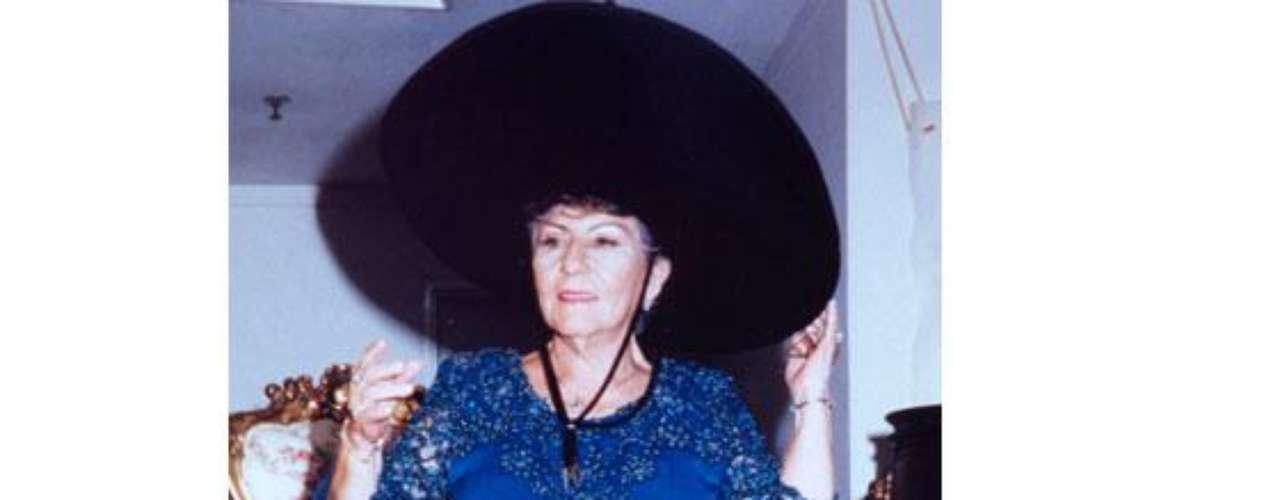 Hermilda Gaviria es la mamá de Pablo Escobar en la vida real; murió en el 2006 en Medellín. 'Escobar el patrón del mal' sigue dando de qué hablar, en esta ocasión la serie viene presentando a nuevos personajes de esta trascendental historia, que tienen un gran parecido en cuanto a la interpretación y el físico de las personas que fueron las protagonistas de estos hechos en la vida real. Conoce a los personajes reales y ficticios de esta historia.