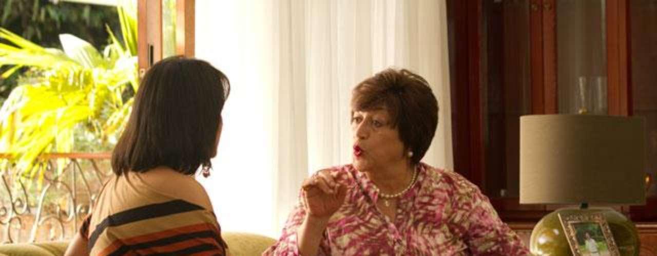 Vicky Hernández interpreta a la madre consejera y protectora de Pablo Escobar en la serie. 'Escobar el patrón del mal' sigue dando de qué hablar, en esta ocasión la serie viene presentando a nuevos personajes de esta trascendental historia, que tienen un gran parecido en cuanto a la interpretación y el físico de las personas que fueron las protagonistas de estos hechos en la vida real. Conoce a los personajes reales y ficticios de esta historia.
