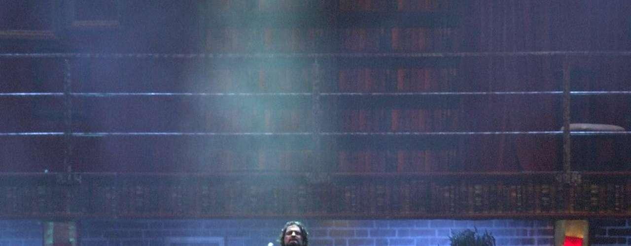 """El cantante guatemalteco Ricardo Arjona hizo delirar a sus casi 15 mil fanáticos en la explanada del Jockey Club del Perú. Pese a que el concierto empezó con una hora de retraso, el público vibró con las canciones emblemáticas del cantautor como """"Mujeres"""", """"Señora de las cuatro décadas"""", """"Desnuda"""", """"Historia de Taxi"""", entre otras, además de los nuevos temas extraídos de su reciente álbum """"Independiente"""". Arjona sorprendió a la multitud con una puesta en escena en la que destacó la estructura giratoria que recreaba lugares como una casa, un bar o un circo; y la gran pantalla que presentaba el noticiero al que bautizó como \"""