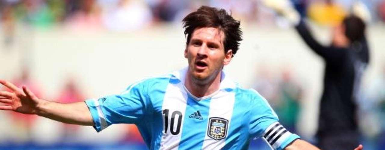 Selección Argentina: Aunque con Argentina no ha tenido el mismo éxito que con el Barcelona, de a poco ha empezado a demostrar que si puede liderar a su selección. Messi ya ganó el Mundial juvenil del 2005 y el oro en los Olímpicos de Pekín. Ha anotado 26 goles con la selección de mayores.