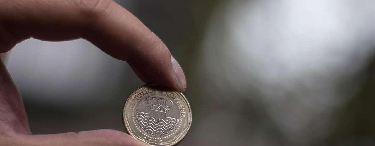 Moneda de 1.000: tiene grabado en el anverso la imagen de la Tortuga Caguama entrando a las ondas de agua, fondo de líneas rectas finas en sentido radial, con la palabra \
