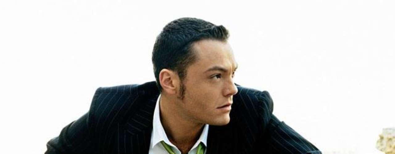 Tiziano ferro. En octubre del 2010 el cantante italiano le declaró a una revista su gusto por los hombres. Actores, cantantes y hasta personajes de cómics han declarado abiertamente sus preferencias sexuales en los últimos años, conozca quiénes son.