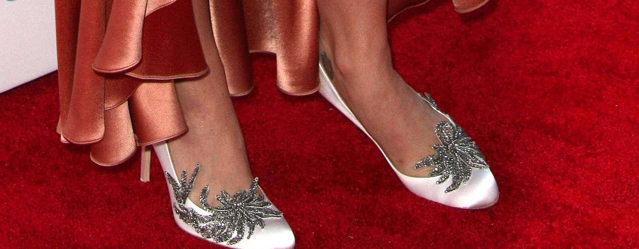 Katy Perry sorprendió una vez más en la alfombra roja, esta vez con un estilo retro de los años 20, que comprendía un vestido en tono nacarado con escote de pedrería y encaje. Lo que más llamó la atención fueron los zapatos, pues llevaba los tacones nupciales de 'Bella Swan' en la película 'Amanecer'.