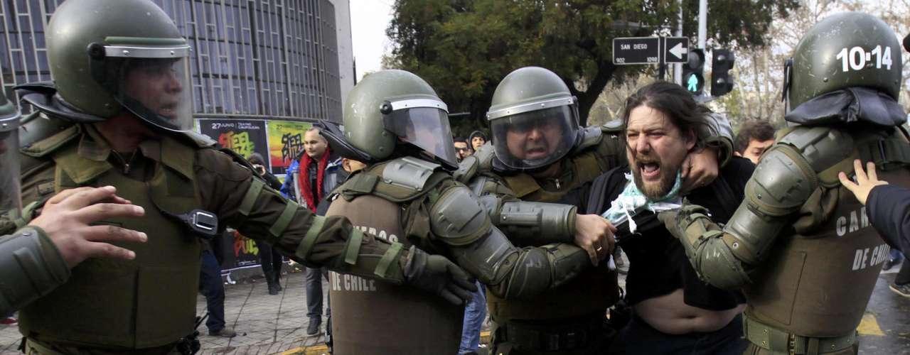 Esto, a pesar de que las cifras de delincuencia de 2011 mostraron un alza en comparación al año anterior y además hubo manifestaciones estudiantiles. No obstante, la vida en Chile es más tranquila que otras partes de la región, según el informe.