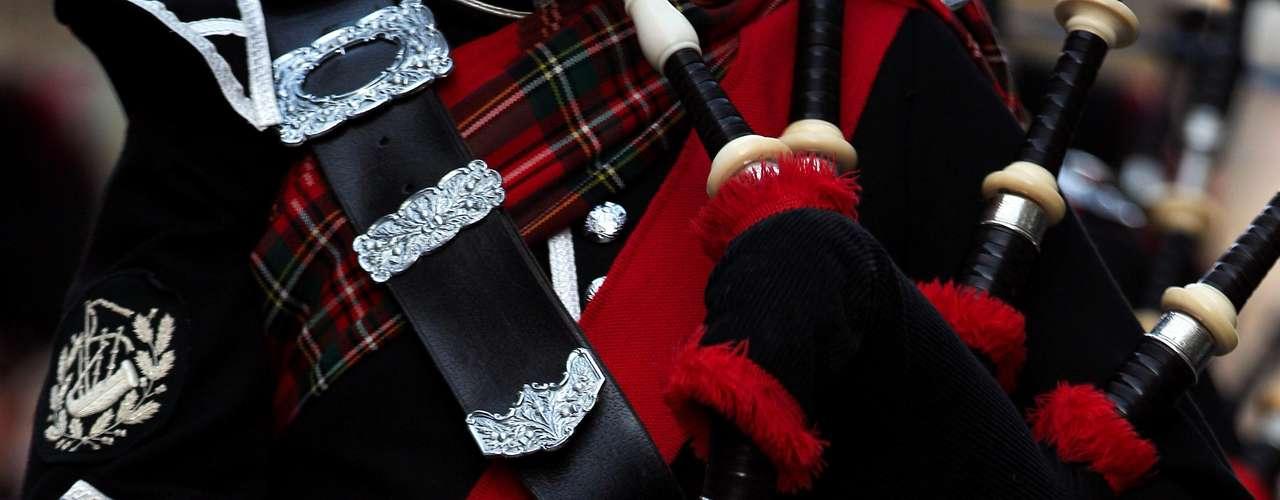 Aunque muy pocos saben por qué los escoceses utilizan el kilt,  las mal llamadas faldas, sí es muy común que mucha gente alrededor del mundo asocie al país con esta tradición. ¿Estarán in or out? Eso se preguntarían los fashionistas, pero la realidad es que el kilt no es un accesorio de moda, sino una tradición que ha permanecido desde el siglo XVI.