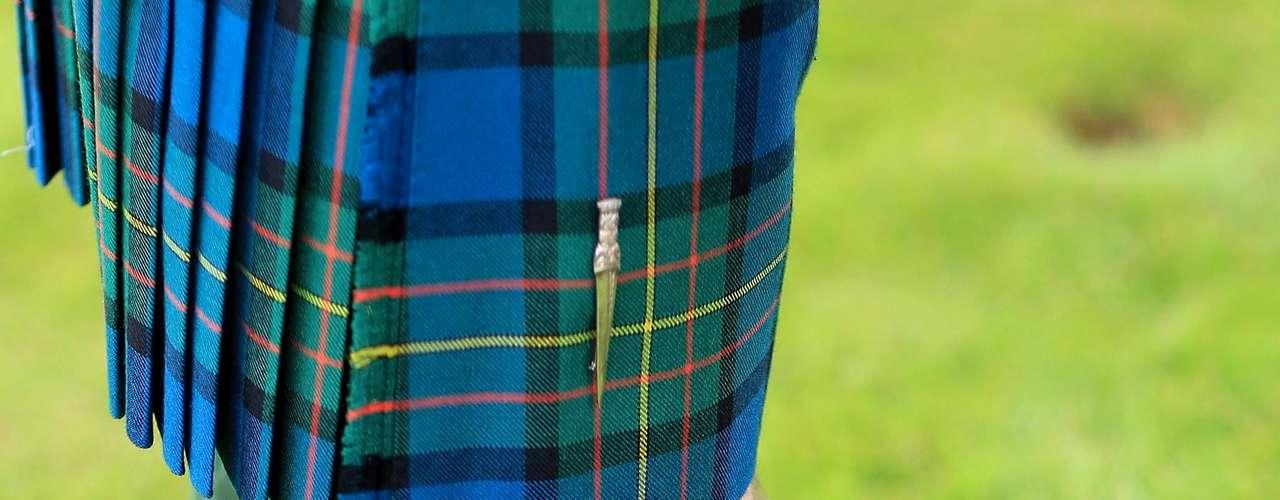 El kilt suele estar hecho de lana, con un diseño de tartán o tejido típico que tradicionalmente se asocia los clanes (familias escocesas) de los Highlands o Tierras Altas de Escocia.