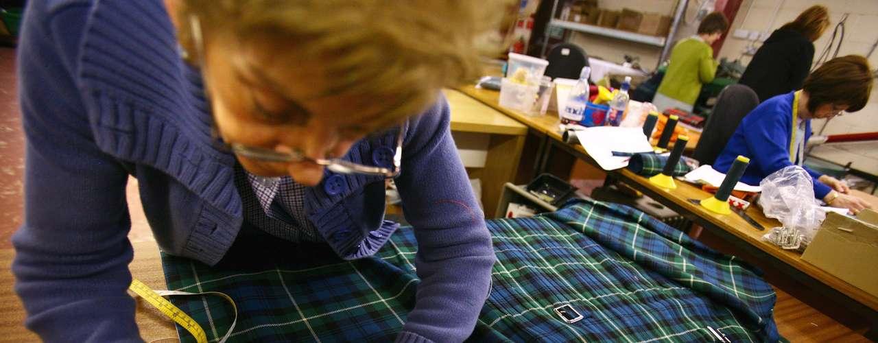 Hoy día, los kilts constan de hasta ocho metros de tela muy plisada en los costados y el trasero, y las tablas están cosidas únicamente a la altura de la cintura.