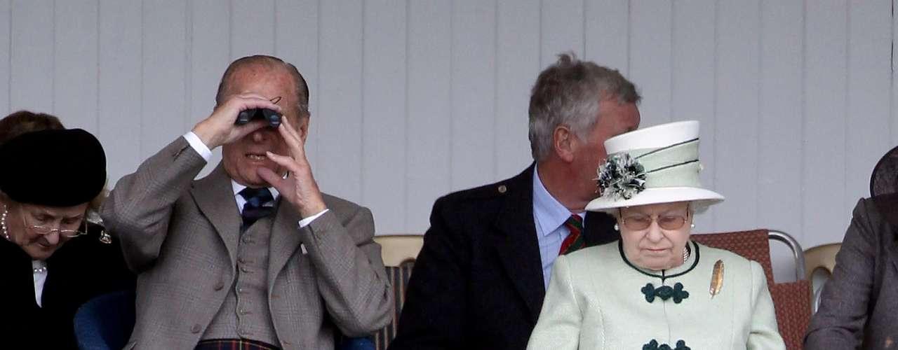Dentro de la realeza británica, el kilt es una pieza indispensable. Más aún cuando antes de casarse con la reina Isabel II, Jorge VI, nombró al príncipe Felipe, duque de Edimburgo. Y para muestra un botón.