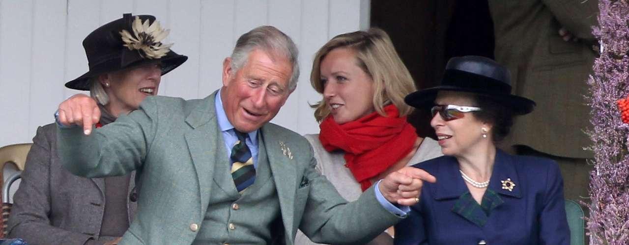 Su hijo el príncipe Carlos también luce muy cómodo con el kilt.