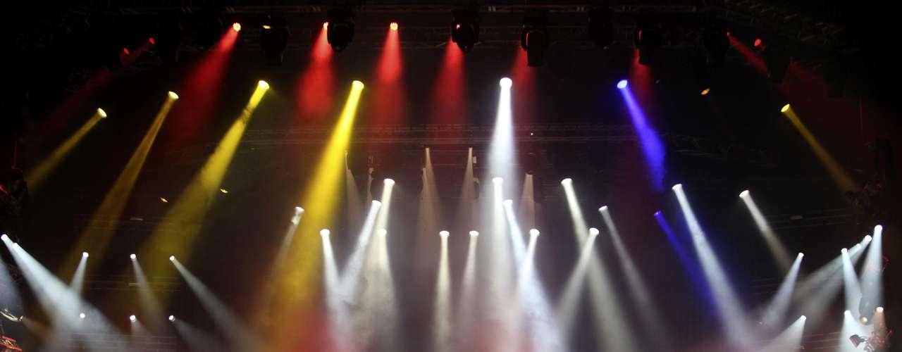 Más de 250 luces robóticas, una tarima de 25 metros, efectos especiales y 18 metros de pasarela, son algunos de los elementos que componen el escenario que usa la diva.